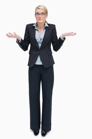 persona confundida: Empresaria en vidrios que dan no sé gesto