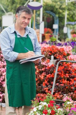 taking note: Assistente di prendere appunti in giardino centro