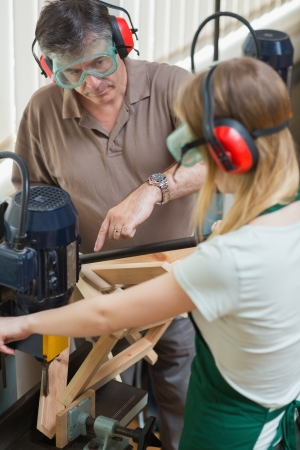 apprenti: Debout �tudiant dans une machine de travail