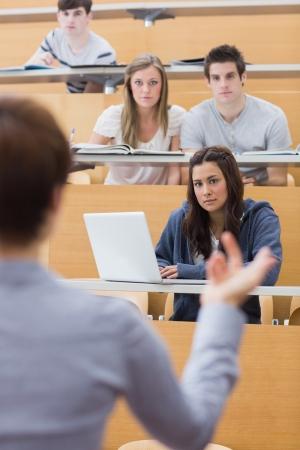 Studenten sitzen im Hörsaal zu hören Dozent