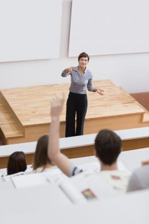 Student vraagt vraag in college