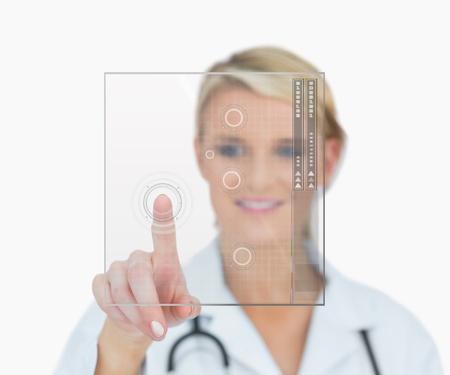 holographic: Dottore in piedi e sorridente interfaccia olografica toccante Archivio Fotografico