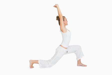 tied hair: Donna che si estende in yoga pongono affondo basso Archivio Fotografico