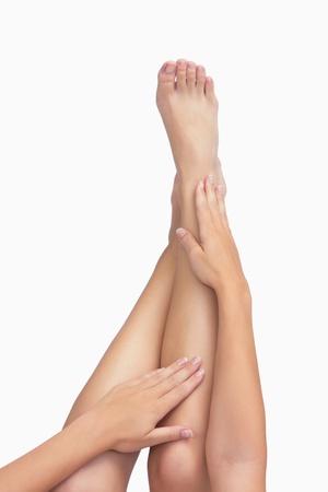 tendones: Lehgs extendidos con las manos tocando Foto de archivo