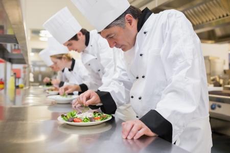 chef cocinando: Chef preparar sus ensaladas en la cocina