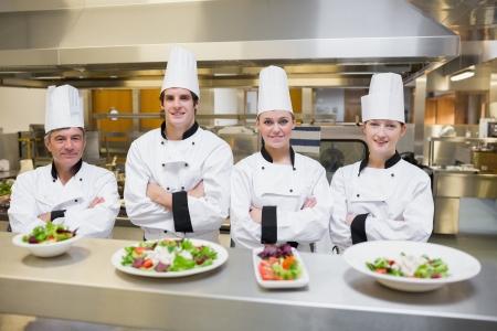 chef cocinando: Sonriendo de pie detr�s de ensaladas del chef en la kithcen