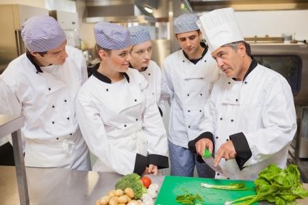 Stagiairs groente snijden in de keuken
