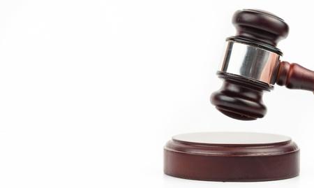 juge marteau: Gavel � taper sur son bloc sur blanc backgrounf Banque d'images