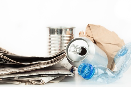 reciclable: Basura reciclable en el fondo blanco
