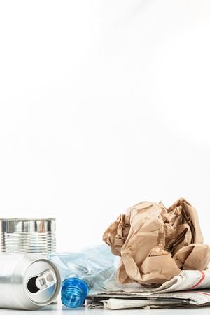 reciclable: Varios residuos reciclables en el fondo blanco