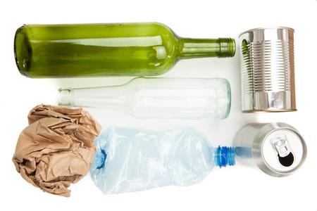reciclable: Vaso de papel de pl�stico y residuos reciclables met�lico sobre fondo blanco