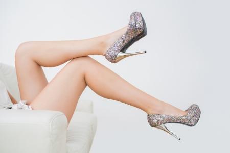 piernas con tacones: Primer plano de la mujer que intenta tacones altos Foto de archivo