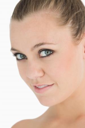 cabelo amarrado: Loira de sorriso com cabelo amarrado para tr�s