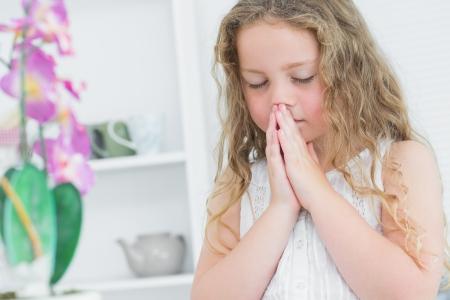 ni�o orando: Chica con los ojos estrechos orando por algo