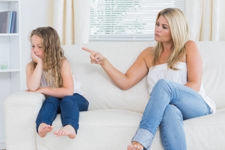 madre con hija: Angry madre rega�a a su hija