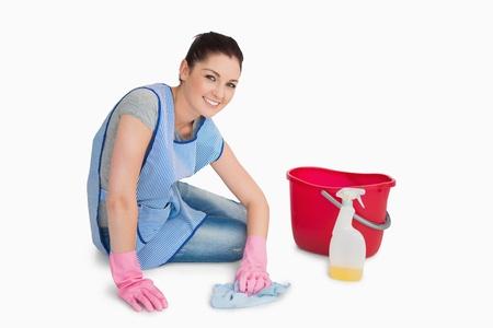 fregando: Mujer de la limpieza limpiando el suelo en el fondo blanco