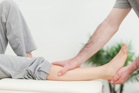 tendones: Primer plano de la pata de una mujer que est� siendo estirada en una habitaci�n