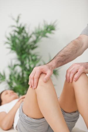knees bent: Peaceful donna sdraiata su un tavolo operatorio, con le ginocchia piegate in una stanza
