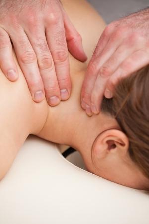 spinal manipulation: Dottore massaggiare il collo del suo paziente in una stanza