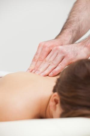 spinal manipulation: Close-up di donna che viene massaggiata da un medico in una stanza