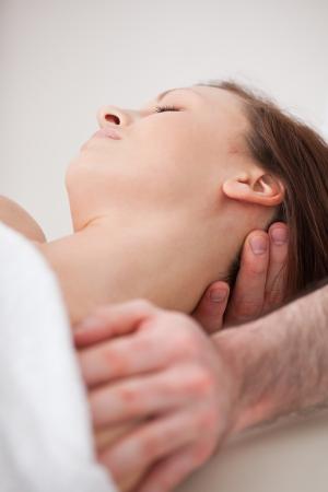 osteopata: Primer plano del cuello de la mujer beig manipular por un terapeuta en una habitaci�n
