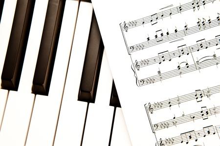 partition musique: Score de musique mis sur un piano