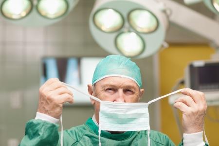 vistiendose: Cirujano de vestirse en una sala quir�rgica
