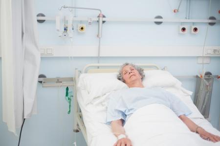 personnes �g�es: Patient �g� de couchage sur un lit m�dical en salle d'h�pital