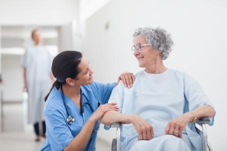 pielęgniarki: Pacjenci w podeszłym wieku, patrząc na pielęgniarki w oddziale szpitalnym