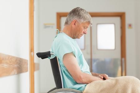 paraplegico: Hombre sentado en una silla de ruedas en el hospital