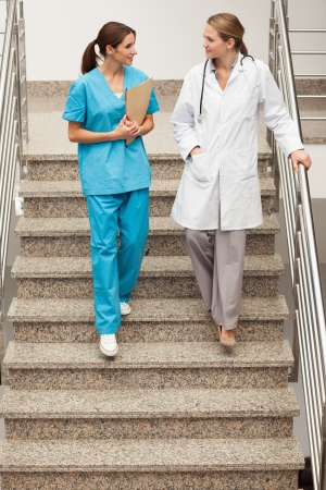 going down: Especialistas en salud al bajar las escaleras en un hospital