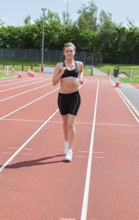Mujer trotar en la pista de atletismo