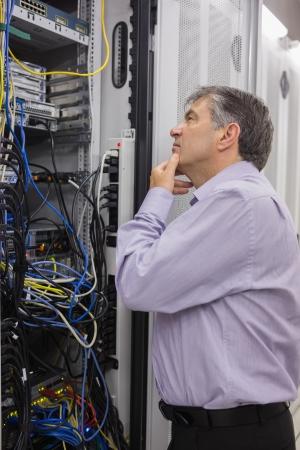 resolving: Tecnico di provare a risolvere i problemi di server in data center Archivio Fotografico