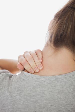 dolor muscular: Imagen recortada del sufrimiento de neckache mujer sobre fondo blanco