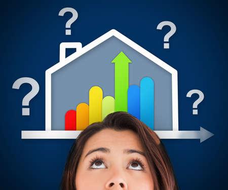 votaciones: Vista de la mujer que mira para arriba en la casa de energ�a eficiente gr�fico con signos de interrogaci�n y el porcentaje