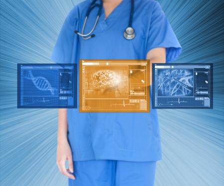 Vrouw arts met behulp van touchscreen tegen blauwe achtergrond Stockfoto