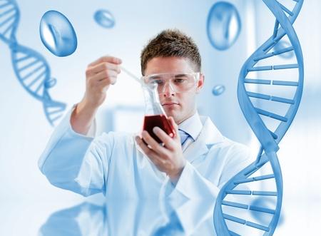 adn humano: Serious análisis de sangre químico en un vaso con fondo adn Foto de archivo