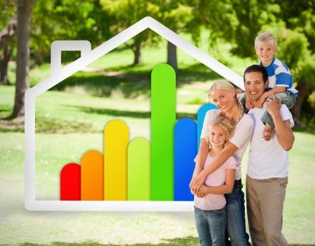 eficiencia energetica: Familia feliz cerca a una ilustración energía effiecient casa en el parque