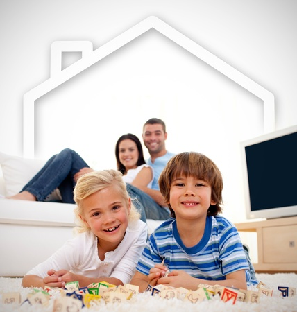 hermanos jugando: Amante de la familia que juega con los juguetes en la sala de estar con la ilustraci�n de la casa por encima de ellos