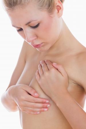 junge frau nackt: Nackte junge Frau Pr�fung Brust auf wei�em Hintergrund