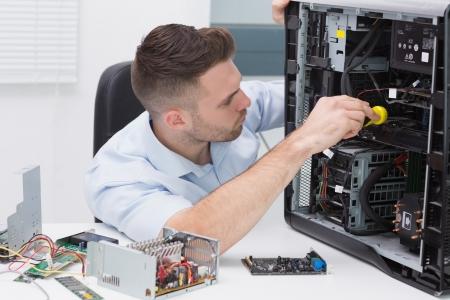 ferragens: Hardware profissional cpu examinando com estetosc