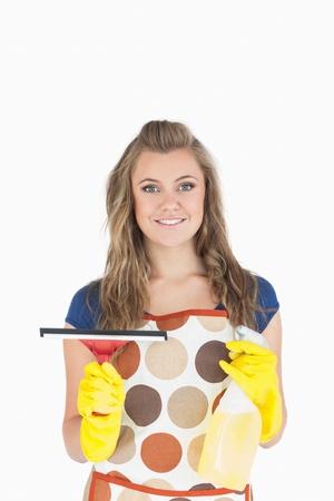 desinfectante: Retrato de limpiaparabrisas sonriente joven doncella que sostiene y spray desinfectante sobre fondo blanco