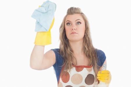 d�sinfectant: Belle jeune fille avec chiffon et un spray d�sinfectant sur fond blanc