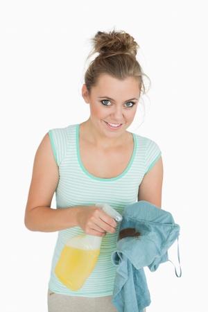 spr�hflasche: Portrait der jungen Frau mit Sprayflasche und gef�rbt Hemd �ber wei�em Hintergrund Lizenzfreie Bilder