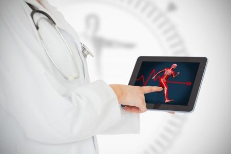Médico que muestra su tableta con el cuerpo que se ejecuta en el fondo blanco