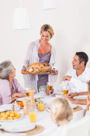 familia cenando: Madre orgullosa traer a la mesa de la cena de pavo de Acci�n de Gracias