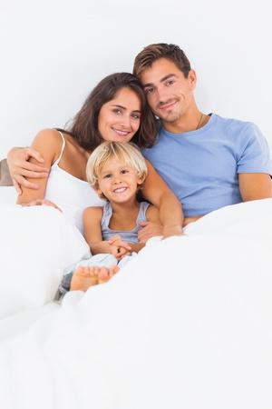 mann mit langen haaren: Lovely family umarmt auf dem Bett