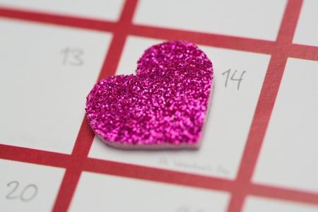 marking up: Cierre de coraz�n brillante rosa con motivo del D�a de San Valent�n en blanco y rosa calendario Foto de archivo