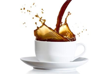 d�bord�: Caf� verser dans une tasse blanche et �claboussures Banque d'images
