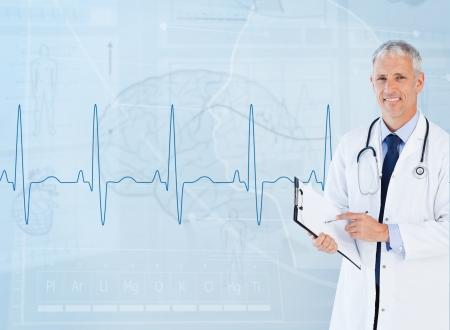 signos vitales: Retrato del cardiólogo mayor sonriente con un portapapeles